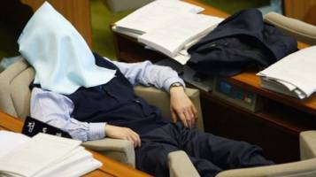 Dân công sở xứ Hàn đang thịnh hành ngủ trưa bằng ghế massage